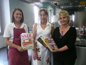 La vincitrice, Maria Vincenza Oliva, insieme a Carla Brigliadori, responsabile della Scuola di Cucina di Casa Artusi, e Verdiana Gordini, Presidente dell'Associazione delle Mariette